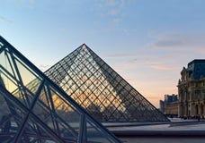 Louvreglaspyramide bei Sonnenuntergang Stockfoto