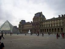Louvremuseet är mycket viktigt över hela världen arkivbilder