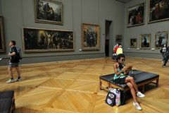 Louvremuseet den största konstmusemet för världs` s och en historisk monument i Paris, Frankrike Arkivfoton