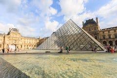 Louvremuseet den storslagna Louvre i Paris Arkivfoton