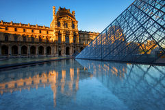 Louvremuseet på natten i Paris, Frankrike royaltyfri fotografi