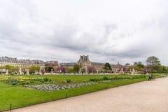 Louvremuseet som beskådas från den Tuileries trädgården royaltyfri foto