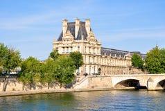 Louvremuseet som sett från Seinen. Paris. Royaltyfria Bilder