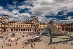 Louvremuseum bij schemering Stock Afbeeldingen