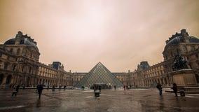 Louvremuseum in der Dämmerung lizenzfreie stockfotografie