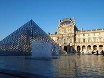 Louvremuseum en Glaspiramide Royalty-vrije Stock Afbeelding
