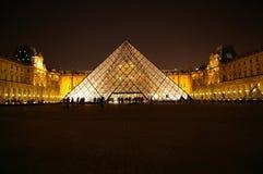 Louvremuseum på natten Royaltyfri Foto