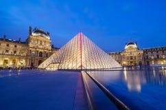 Louvremuseum på skymningtid Arkivbilder