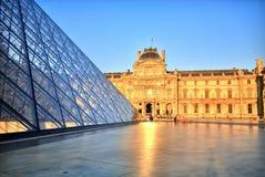 Louvremuseum på solnedgången, Paris Royaltyfri Foto