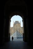 Louvremuseum, Paris, Frankrike: April 11, 2007: Pyramider av Louvre Royaltyfri Bild