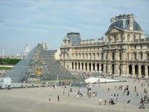 Louvremuseum, Paris, Frankrike, Augusti 16 2018: pyramiden och besökarna utanför museet med kopieringsutrymme royaltyfri bild