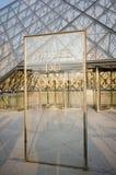 Louvremuseumingång på Juni 5 i Paris, franc Royaltyfri Fotografi