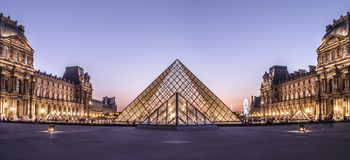 Louvremuseumpyramid arkivbild