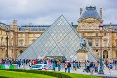 Louvremuseumyttersida i Paris, Frankrike royaltyfri foto