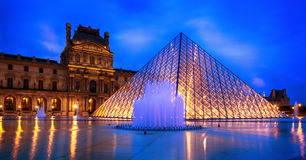 Louvrepyramid arkivfoto