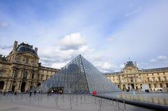 Louvrepyramid med springbrunnar Royaltyfria Foton