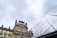 Louvrepyramid Pavillon Richelieu Royaltyfria Bilder