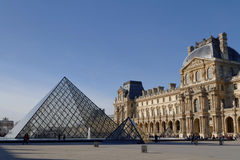 Louvrepyramiden royaltyfria bilder
