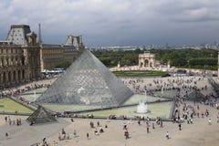 Louvrepyramiden Arkivbild