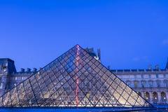 Louvrepyramiden i afton, Paris, Frankrike Royaltyfri Bild