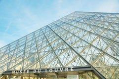 Louvrepyramiden i Paris Arkivfoton