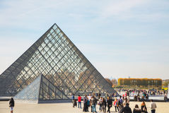 Louvrepyramiden i Paris Royaltyfri Bild