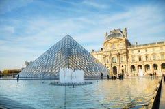 Louvrepyramiden i Paris Royaltyfria Bilder