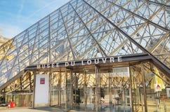 Louvrepyramiden i Paris Royaltyfria Foton