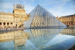 Louvrepyramiden i Paris Arkivfoto