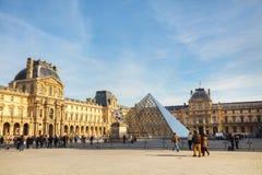 Louvrepyramiden i Paris Royaltyfri Foto