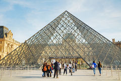 Louvrepyramiden i Paris Fotografering för Bildbyråer