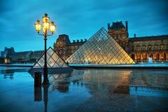 Louvrepyramiden i Paris, Frankrike Arkivfoto