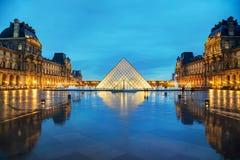 Louvrepyramiden i Paris, Frankrike Arkivbilder
