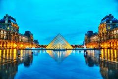 Louvrepyramiden i Paris, Frankrike Fotografering för Bildbyråer