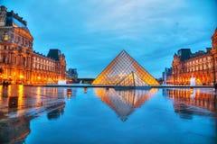 Louvrepyramiden i Paris, Frankrike Arkivfoton