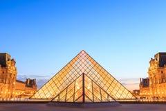 Louvrepyramiden på skymning under Michelangelo Pistoletto Ex Royaltyfri Bild