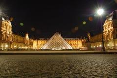 Louvrepyramidmuseum Frankrike vid natt Royaltyfria Bilder