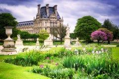 Louvreslott och Tuileries trädgård france paris royaltyfri bild