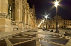 Louvreslotten (vid natt), Frankrike Arkivfoto