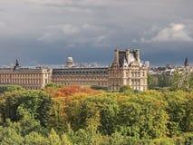 Louvreyttersida under solsken och det mörka molnet arkivbild