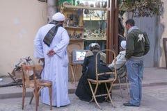 Louxor, Egypte - 30 décembre 2006 : Les gens sur l'observation de rue Photos stock