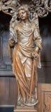 Lovaina - ángel tallado con la iglesia del St. Michaels de la forma del incienso (Michelskerk) Imagen de archivo libre de regalías