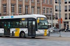 LOVAINA, BÉLGICA - 4 DE SEPTIEMBRE DE 2014: Transporte público del autobús en el cuadrado Martelarenplein del ` s del mártir Fotos de archivo