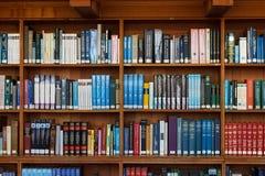 LOVAINA, BÉLGICA - 5 DE SETEMBRO DE 2014: Estantes de madeira na biblioteca histórica da universidade católica em Lovaina fotos de stock royalty free