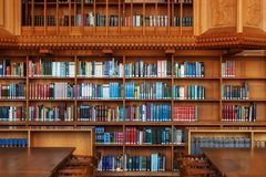 LOVAINA, BÉLGICA - 5 DE SETEMBRO DE 2014: Estantes de madeira na biblioteca histórica da universidade católica em Lovaina fotografia de stock