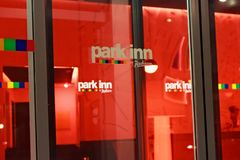 LOVAINA, BÉLGICA - 5 DE SETEMBRO DE 2014: Os detalhes da ideia da noite da entrada ao hotel estacionam a pensão por Radisson em L Fotos de Stock Royalty Free