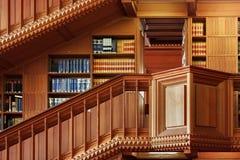 LOVAINA, BÉLGICA - 5 DE SETEMBRO DE 2014: Salão de madeira do vintage na biblioteca histórica da universidade católica em Lovaina fotos de stock