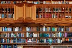 LOVANIO, BELGIO - 5 SETTEMBRE 2014: Scaffali per libri di legno nella biblioteca storica dell'università cattolica a Lovanio Fotografia Stock Libera da Diritti
