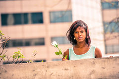 Love Story au sujet de la femme d'Afro-américain vous manquant avec r blanc Images libres de droits
