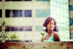 Love Story au sujet de la jeune femme d'Afro-américain vous manquant avec W photos stock